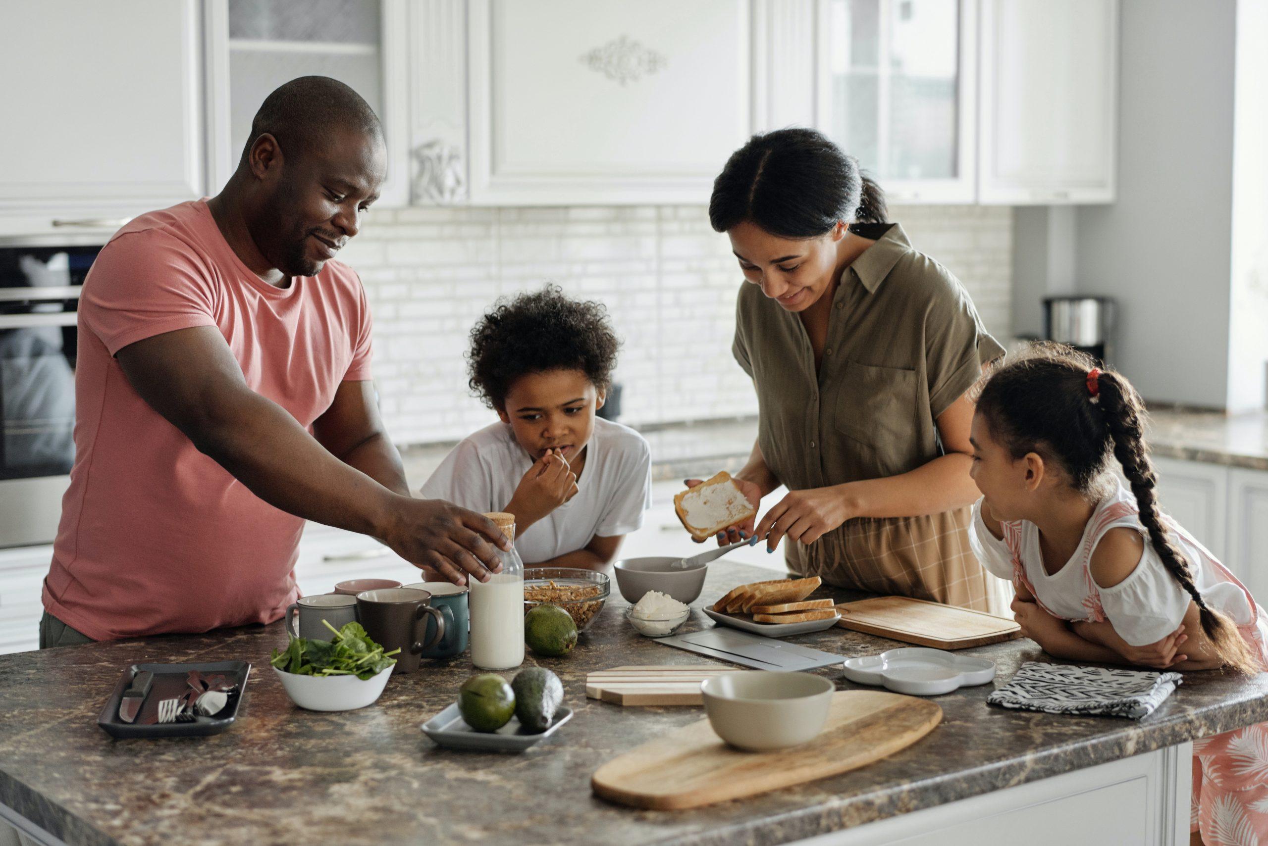 Familie kocht gemeinsam